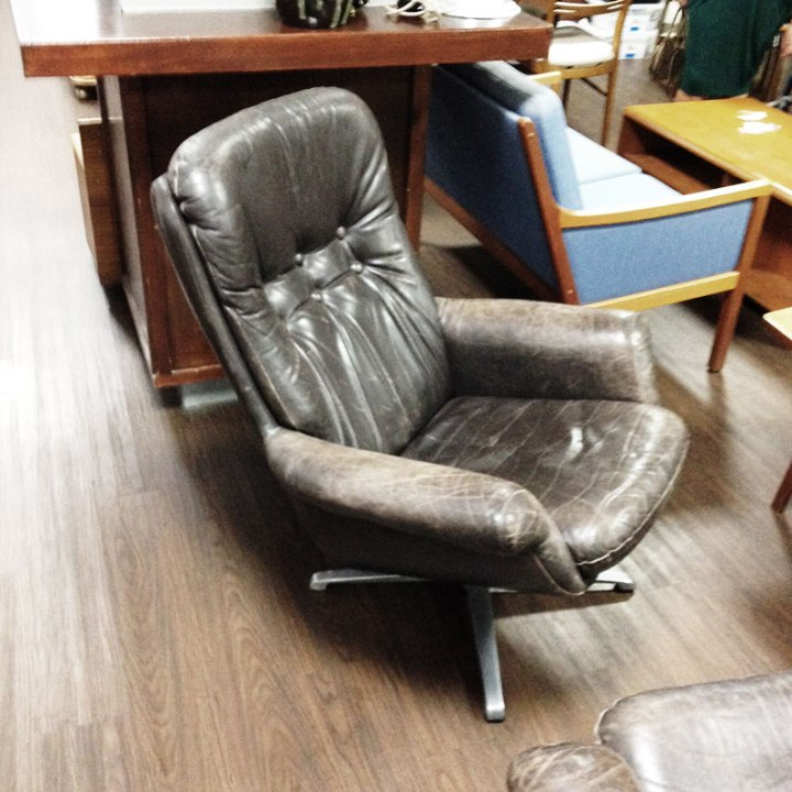 Danish button-back leather swivel armchair